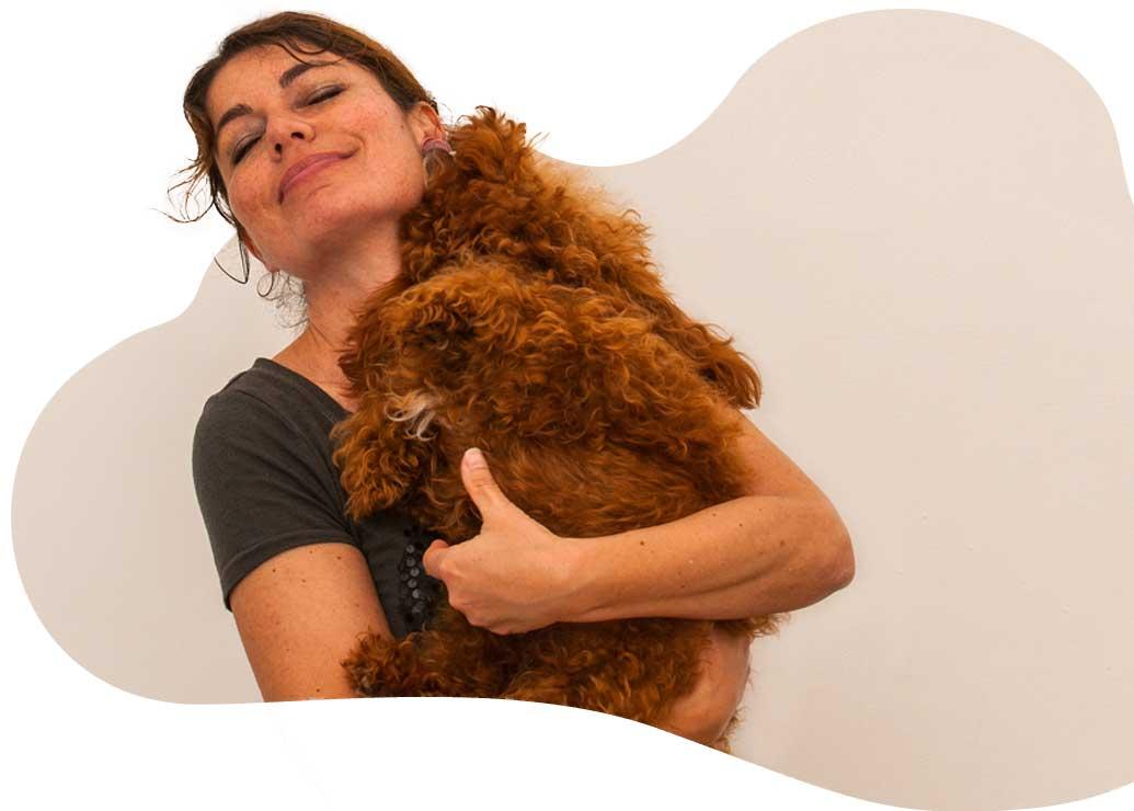 Layla e barboncino toy rosso in braccio